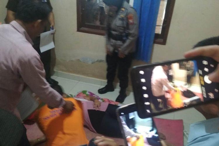 Adegan rekonstruksi pembunuhan mahasiswi UIN di Kecamatan Manggala, Makassar, Selasa (21/1/2020).(KOMPAS.COM/HIMAWAN