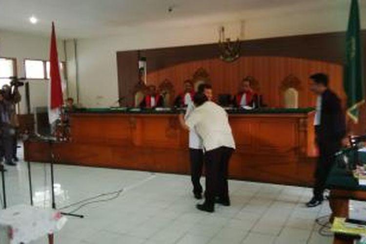 Mantan Bupati Indramayu yang merupakan terdakwa dalam kasus pembebasan lahan proyek pembangunan pembangkit listrik tenaga uap (PLTU) Sumur Adem di Indramayu, Irianto MS. Syafiuddin alias Yance saat memeluk Wakil Presiden Jusuf Kalla usai persidangan di Pengadilan Negeri Bandung, Jalan RE. Martadinata, Bandung, Jawa Barat, Senin, (13/4/2015). Saat itu, Kalla hadir sebagai saksi meringankan untuk terdakwa Yance.