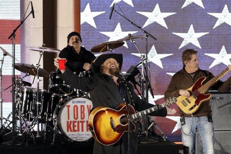 Penyanyi country Toby Keith tampil di konser Make America Great Again! Welcome Celebration di Lincoln Memorial, Washington DC, Kamis (19/1/2017) malam. Konser ini merupakan bagian dari rangkaian kegiatan menjelang pelantikan Donald Trump sebagai presiden AS.