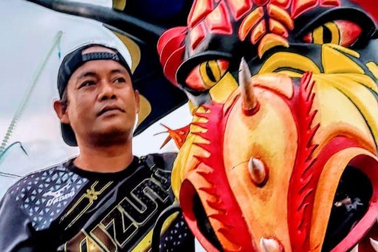 Wisata alternatif di Bantul - Pembuat layangan naga raksasa yang bisa dinaiki oleh wisatawan yakni pengrajin layangan Kedon Team bernama Wardaya di Kabupaten Bantul, Yogyakarta.