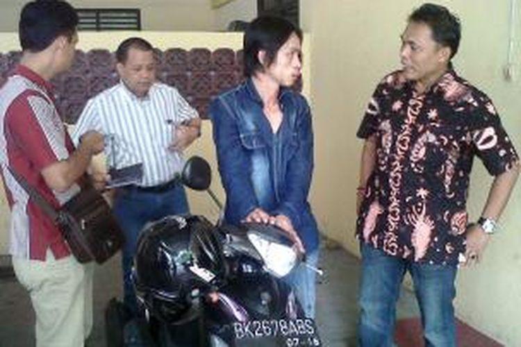AKP Alexander Piliang saat menginterogasi pelaku pencurian sepeda motor Asen Yosef di Mapolsekta Medan Timur. Residivis ini mencuri karena terdesak hutang