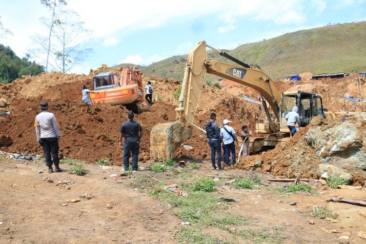 Aparat mengamankan salah satu alat berat di lokasi penambangan ilegal yang ada di kawasan Buper Waena, Distrik Heram, Kota Jayapura, Papua, Jumat (26/6/2020)