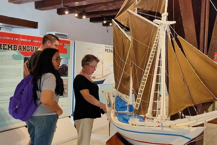 Wisatawan Mancanegara berkunjung ke Pameran Perahu Tradisional Nusantara di Museum Bahari, Penjaringan, Jakarta Utara, Sabtu (30/11/2019). Pameran bertemakan perahu tradisional nusantara ini berlangsung mulai tanggal 23 November 2019 hingga 22 Desember 2019.
