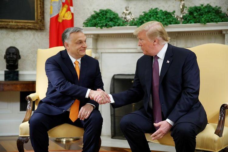 Presiden AS Donald Trump menyambut Perdana Menteri Hungaria Viktor Orban di Kantor Oval di Gedung Putih di Washington DC, Senin (13/5/2019). (REUTERS/Carlos Barria)