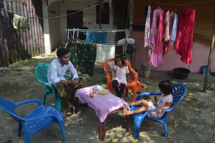 Wahid, imigran asal Rohingnya bersama dua anaknya saat ditemui di tempat tinggalnya di hotel Top Inn, di Jalan Flamboyan/ Jalan Tanjung Selamat, Sunggal, Deli Serdang, Rabu (3/7/2019).