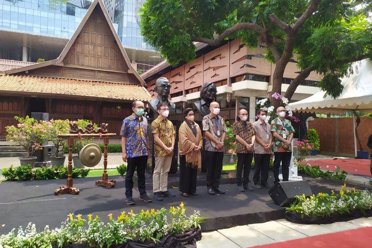 Kompas Gramedia meresmikan patung Jakob Oetama dan PK Ojong di Bentara Budaya Jakarta, Tanah Abang, Jakarta Pusat pada Senin (27/9/2021).