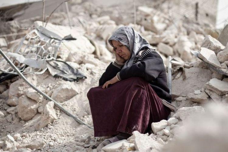 Zakia Abdullah, warga Distrik Tariq Al-Bab, Aleppo, duduk termenung di lokasi reruntuhan gedung yang hancur akibat perang, 23 Februari 2013.