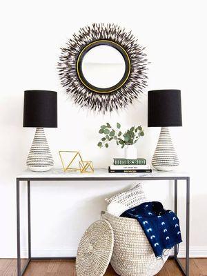 Ilustrasi dekorasi meja di lorong rumah.