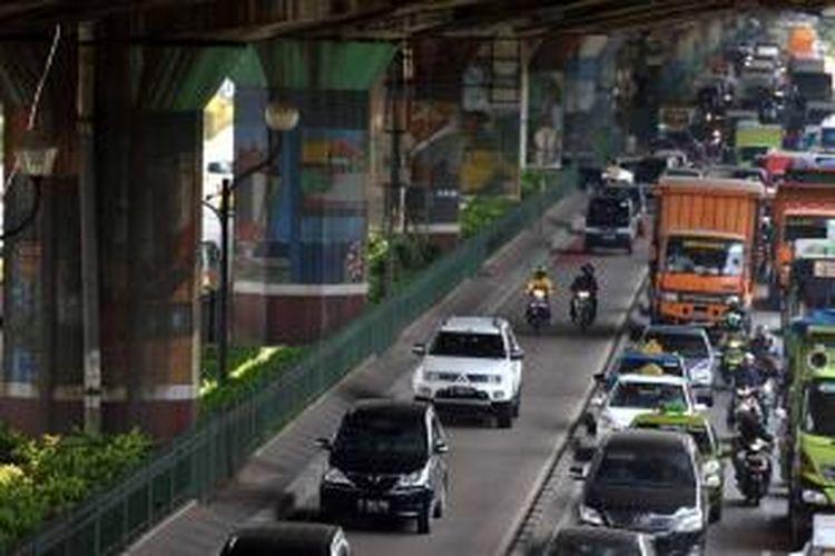 Para pengendara memanfaatkan jalur bus Transjakarta untuk menghindari kemacetan di Jalan Yos Sudarso, Jakarta Utara, Sabtu (31/8/2013). Hingga kini, Jalur bus Transjakarta di sejumlah kawasan di jakarta belum bisa bersih dari arus kendaraan pribadi.