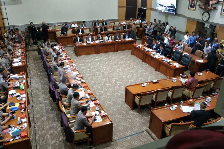 Komisi III DPR menggelar rapat kerja dengan Kepolisian Republik Indonesia (Kapolri) di Kompleks Parlemen, Senayan, Jakarta, Kamis (30/1/2020).