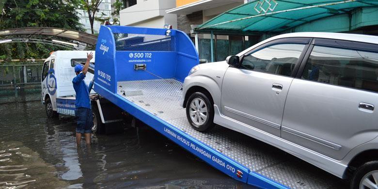 Ilustrasi. Layanan mobil derek kerap dijadikan andalan perusahaan asuransi untuk menyelamatkan pelanggannya.