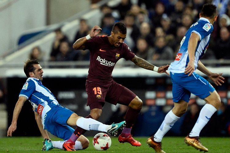 Gelandang FC Barcelona, Paulinho (tengah), mencoba mengamankan bola dari incaran pemain Espanyol, Victor Sanchez, dalam pertandingan leg 1 perempat final Copa del Rey 2017-2018 di Stadion RCDE, Barcelona, Spanyol, pada Rabi (17/1/2018).