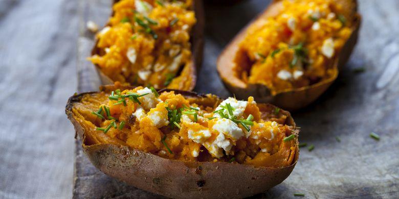 Baked potato ditaburi keju, contoh makanan berbahan ubi jalar.