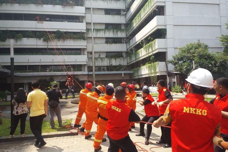 Simulasi evakuasi korban kebakaran di Gedung Direktorat Jenderal Bina Marga Kementerian PUPR, Jakarta, Jumat (26/4/2019).