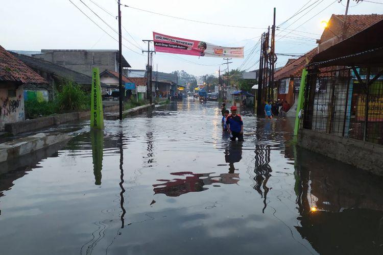Banjir setinggi satu meter menggenangi perbatasan Kota Bandung-Kota Cimahi setelah hujan selama 30 menit, Kamis (11/06/2020).