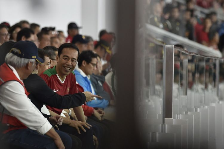 Presiden Joko Widodo (kedua kanan) berbincang dengan Menteri PUPR Basuki Hadimuljono (kiri) disela-sela menyaksikan laga persahabatan antara Indonesia melawan Islandia di Stadion Utama Gelora Bung Karno, Jakarta, Minggu (14/1). Pertandingan tersebut menandai peresmian renovasi SUGBK yang dipersiapkan untuk menyambut Asian Games XVIII Agustus mendatang. ANTARA FOTO/Puspa Perwitasari/foc/18.