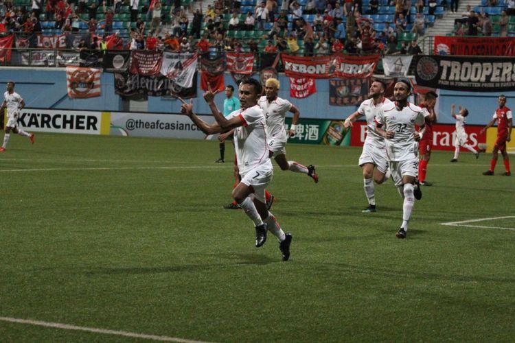 Pemain Persija Jakarta, Ramdani Lestaluhu, melakukan selebrasi setelah mencetak gol ke gawang Home United dalam leg pertama semifinal Piala AFC zona ASEAN, Selasa (8/5/2018).
