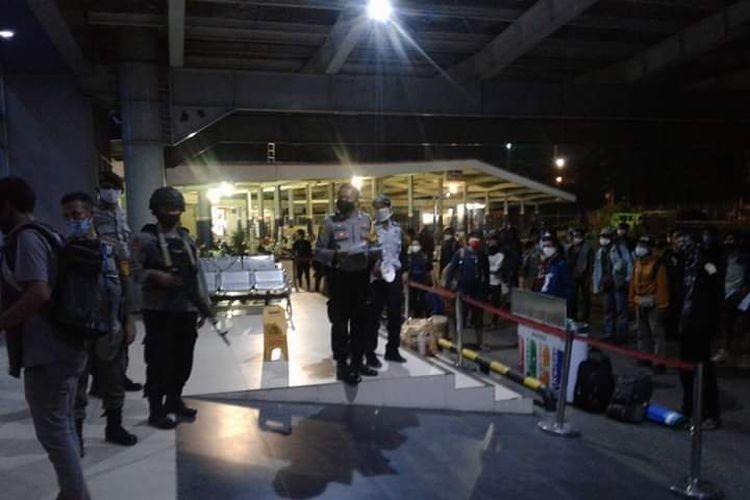 Ratusan penumpang menumpuk di area Pelabuhan Bakauheni, Jumat (15/5/2020) malam. Para penumpang ini tidak bisa menyeberang menuju Pelabuhan Merak karena loket tiket tidak dibuka untuk umum selama masa pandemi virus corona. (FOTO: istimewa)