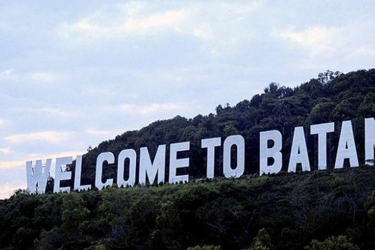 Tulisan Welcome to Batam di perbukitan menyambut wisatawan yang datang ke Kota Batam dan sekitarnya.