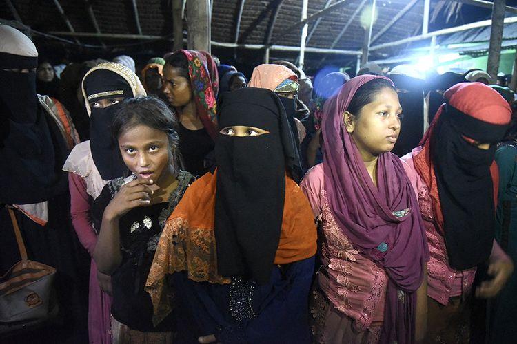 Sejumlah imigran etnis Rohingya asal Myanmar tiba di Lhokseumawe, Aceh, Senin (7/9/2020). Sebanyak 297 imigran etnis Rohingya, dengan rincian 181 perempuan, 102 orang laki-laki, dan 14 orang anak-anak, terdampar ke perairan Aceh sekita pukul 00.30 WIB pada Senin dini hari.