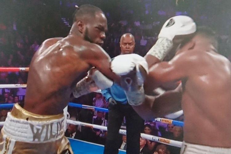 Momen saat Deontay Wilder menjatuhkan Luis Ortiz pada laga perebutan sabuk juara BWC di MGM Grand Arena, Las Vegas, pada mInggu (24/11/2019) pagi WIB.