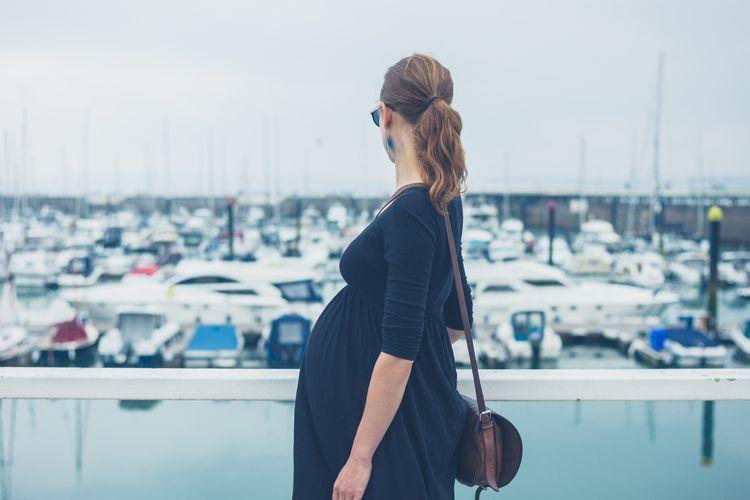 Wanita hamil di pelabuhan.