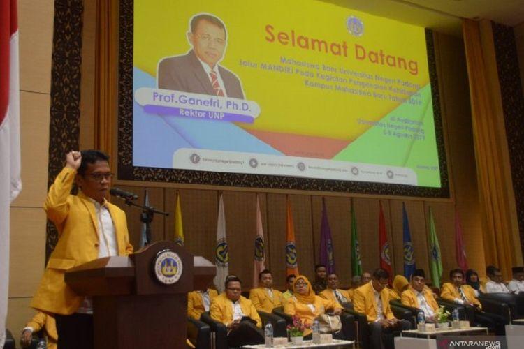 Wakil Rektor I Universitas Negeri Padang Yunia Wardi memberikan sambutan pada kegiatan Pengenalan Kehidupan Kampus Mahasiswa Baru (PKKMB) di Auditorium UNP, Senin (5/8/2019).