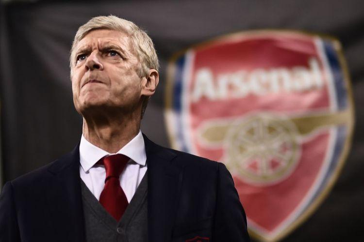 Arsene Wenger dengan logo Arsenal di belakangnya pada laga Liga Europa kontra AC Milan di San Siro, 8 Maret 2018.