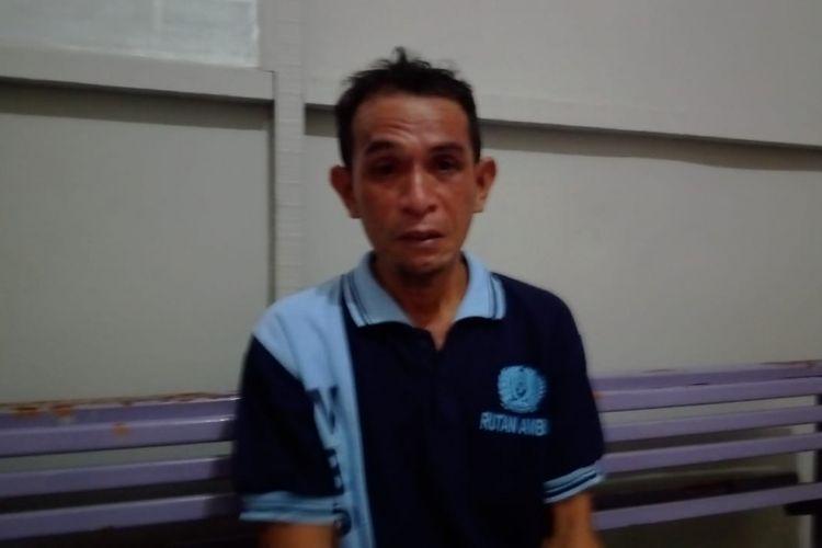 Rasilu (38) pengayuh becak yang divonis 1 tahun 6 bulan penjara hanya bisa menangis saat bercerita kepada Kompas.com terkait musibah yang dialaminya di ruang kunjungan Rumah Tahanan Kelas II a Ambon di kawasan Waiheru, Kecamatan Baguala, Kamis (28/2/2019)