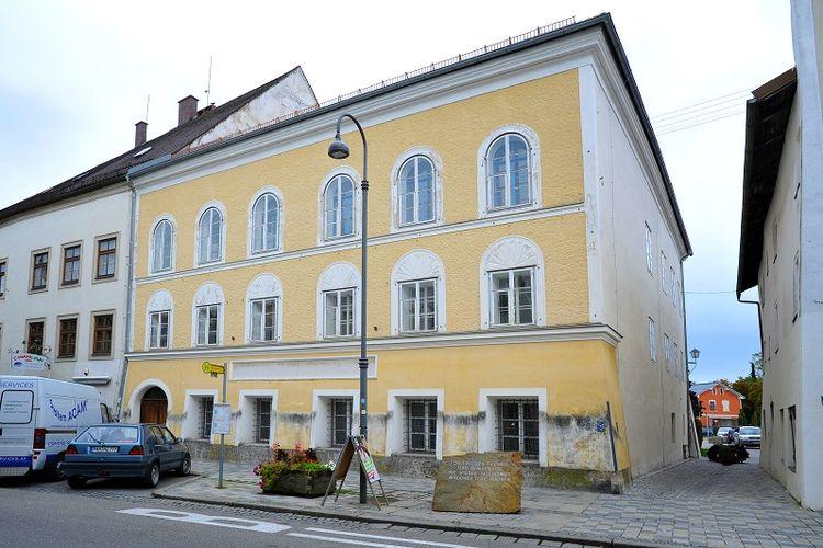 Rumah tempat Adolf Hitler dilahirkan di Branau am Inn, Austria.