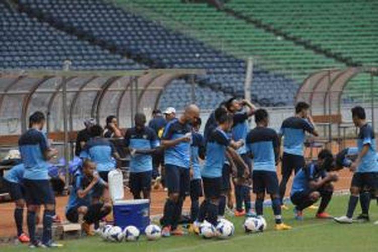 Latihan tim nasional Indonesia di Stadion Utama Gelora Bung Karno, Jakarta, Kamis (13/11/2014).
