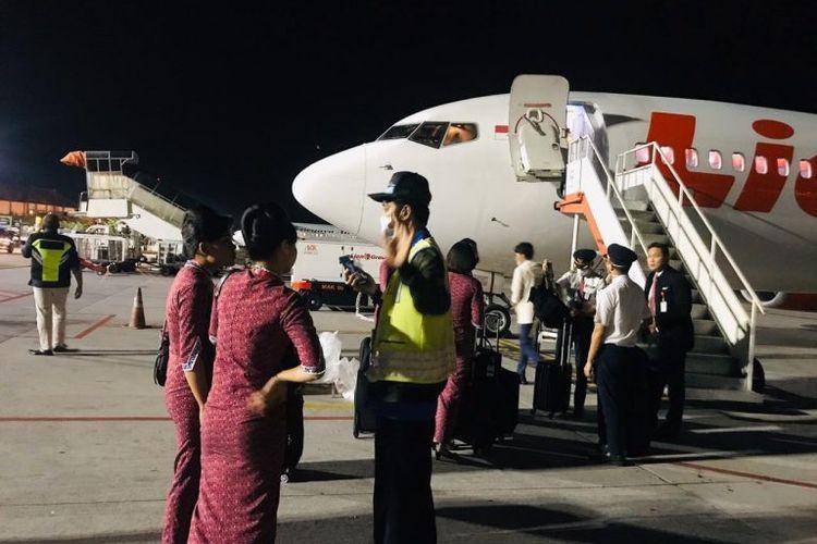 Otoritas Bandara Periksa Crew Lion Air yang Tiba dari Wuhan di Bandara Ngurah Rai, Minggu (26/1/2020) malam.