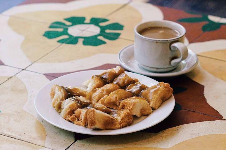 satu gelas kopi susu panas dan roti srikaya spesial warung kopi purnama