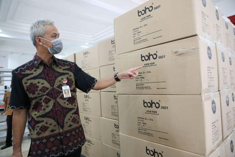 Gubernur Jawa Tengah Ganjar Pranowo saat memastikan distribusi bantuan coverall di Wisma Perdamaian Semarang, Selasa (24/3/2020).