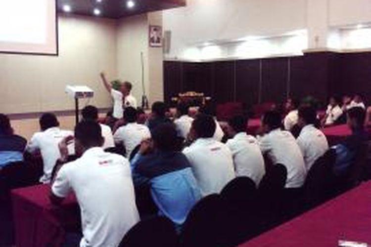 Pelatih Fisik plus Timnas U19 Nur Saelan saat membeberkan hasil tes fisik kepada punggawa Garuda Muda di ruang rapat hotel UNY