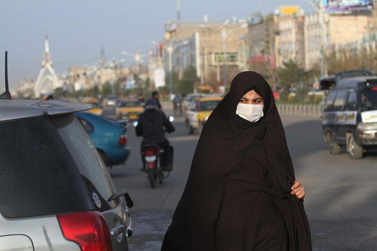 Seorang perempuan Afghanistan mengenakan masker setelah kasus virus corona pertama terdeteksi di dekat perbatasan Iran; di Herat, Afghanistan, 25 Februari 2020. EPA-EFE/JALIL REZAYEE