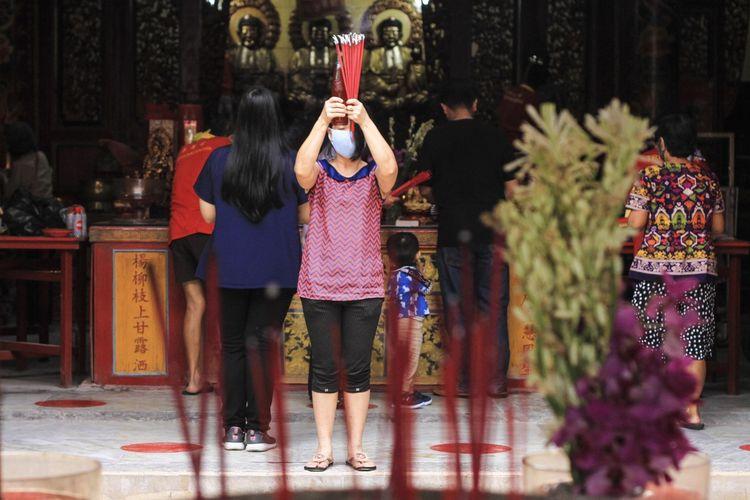 Seorang warga sedang sembahyang di Klenteng Tri Dharma Chandra Nadi (Soei Goeat Kiang) di kawasan 10 Ulu Palembang, Sumatera Selatan, Jumat (5/2/2021). Dalam perayaan Imlek nanti, pihak Klenteng meniadakan tradisi barongsai dan pemasangan lampion agar tak mengundang kerumunan orang yang menyebabkan penyebaran Covid-19.