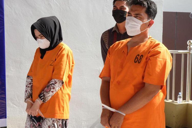NH (37) dan AS (42) mantan teller Bank Riau-Kepri yang mencuri uang tabungan tiga orang nasabah, saat dihadirkan dalam konferensi pers di Mapolda Riau di Jalan Pattimura, Kota Pekanbaru, Riau, Selasa (30/3/2021).