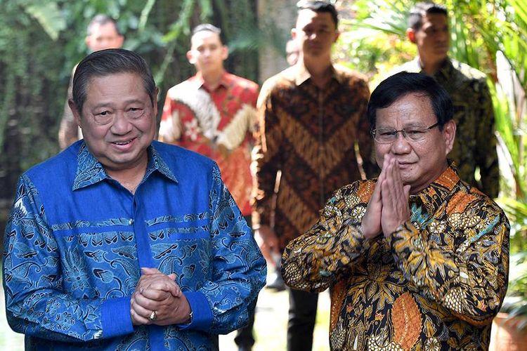 Ketua Umum Partai Gerindra Prabowo Subianto (kanan) dan Ketua Umum Partai Demokrat Susilo Bambang Yudhoyono memberikan salam kepada media sebelum melakukan pertemuan tertutup di kediaman Prabowo, Jalan Kertanegara, Jakarta Selatan, Senin (30/7/2018). Pertemuan tersebut merupakan tindak lanjut dari komunikasi politik yang dibangun kedua partai untuk Pilpres 2019.