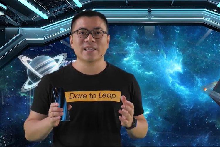 Marketing Director Realme Indonesia, Palson Yi, menggenggam Realme X3 SuperZoom.