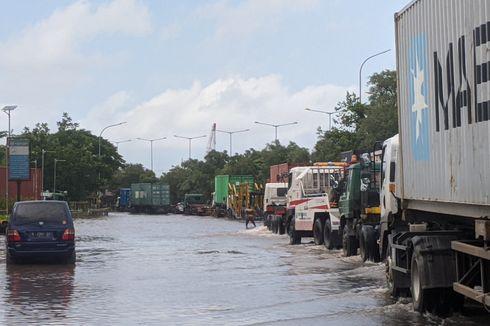 Jalan Cakung Cilincing Raya Masih Tenggelam, Hanya Truk yang Bisa Melintas