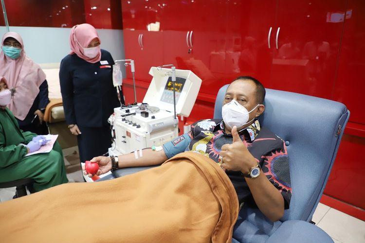Wakil Wali Kota Surabaya Armuji mendonirkan plasma konvalesen di Kantor PMI Surabaya, Kamis (8/4/2021).
