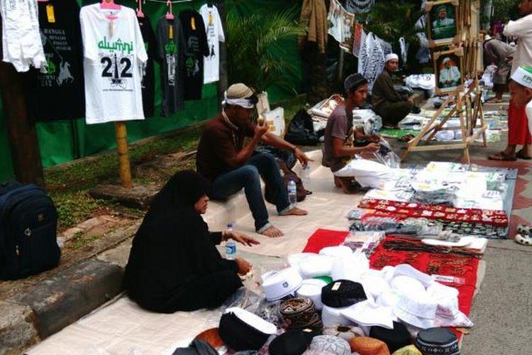 Berjualan di momen sidang Ahok mendatangkan rezeki bagi sejumlah pedagang. Nampak para pedagang di barisan massa kontra Ahok berjualan. Selasa (7/2/2017)