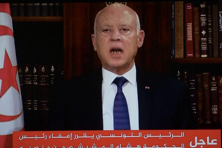 Foto dari tayangan televisi memperlhatkan Presiden Tunisia Kais Saied mengumumkan penangguhan parlemen dan pemecatan Perdana Menteri Hichem Mechichi, Minggu (25/7/2021), di Istana Carthage.
