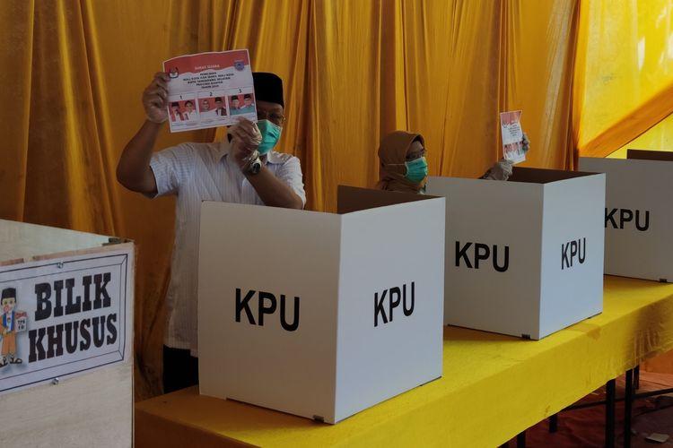 Calon Wali Kota Tangerang Selatan nomor urut 3, Benyamin Davnie, menggunakan hak pilihnya dalam pemungutan suara Pilkada Tangsel, Rabu (9/12/2020) hari ini.   Pantauan kompas.com, Benyamin tiba di Tempat Pemungutan Suara (TPS) 16 Lengkong Karya sekitar pukul 10.18 WIB.