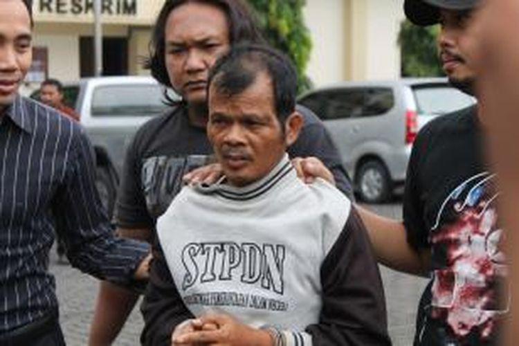 Supendi (46), pelaku pemerkosaan dan pembunuhan di Jalan Nogososro Raya Tlogosari Semarang dibekuk dari kediamannya di Brebes Jawa Tengah, Selasa. Penangkapan dilakukan lantaran sebelumnya ditemukan mayat yang membusuk selama 10 hari.