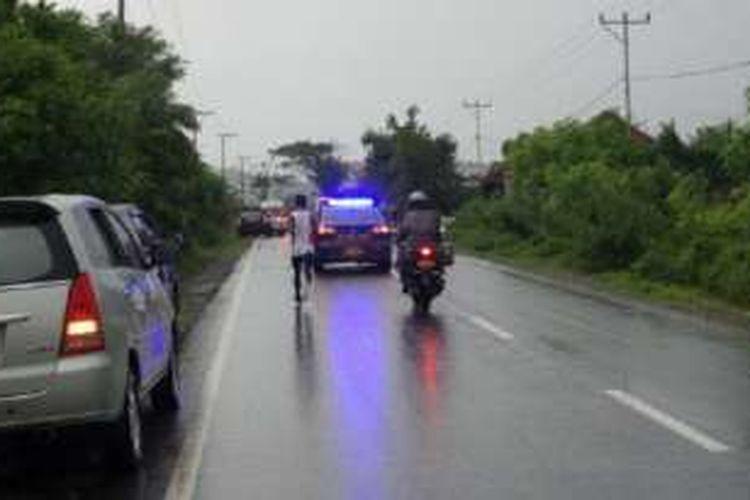 Hujan deras mengguyur daerah Alas, Kabupaten Sumbawa Barat, Nusa Tenggara Barat, Rabu (13/4/2016) petang. Para pelari Lintas Sumbawa 320K tetap melanjutkan larinya meski cuaca sedang hujan.