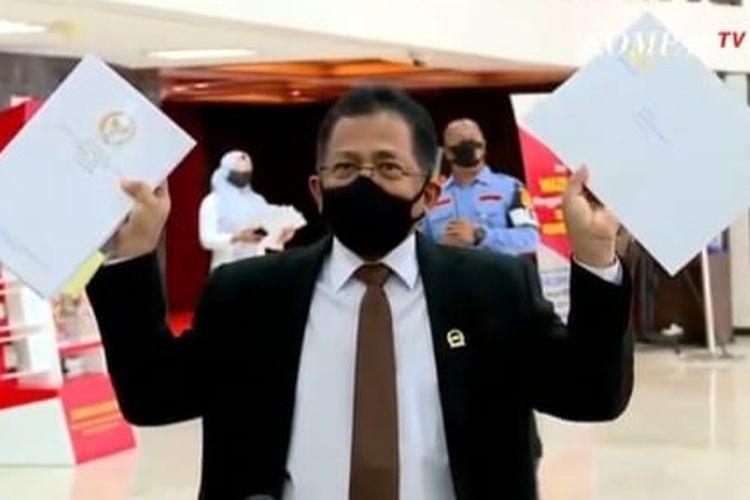 Sekjen DPR Indra Iskandar antar draf UU Cipta Kerja ke Istana Kepresidenan, Rabu (14/10/2020).