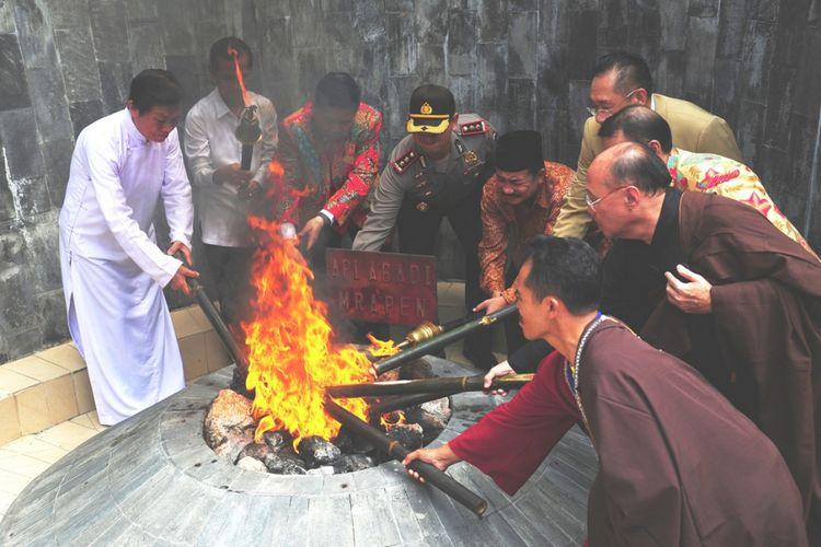 Umat Budhha menggelar ritual pengambilan Api Dhamma Tri Suci Waisak 2562 BE 2018 di kawasan obyek wisata Api Abadi Mrapen, Desa Manggarmas, Kecamatan Godong, Kabupaten Grobogan, Jawa Tengah, Minggu (27/5/2018) siang.