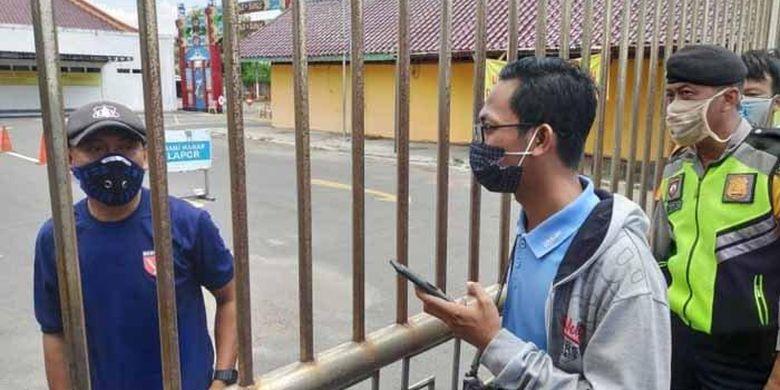 Petugas melarang wartawan dan polisi masuk setelah patung Dewa Kong Co rontok